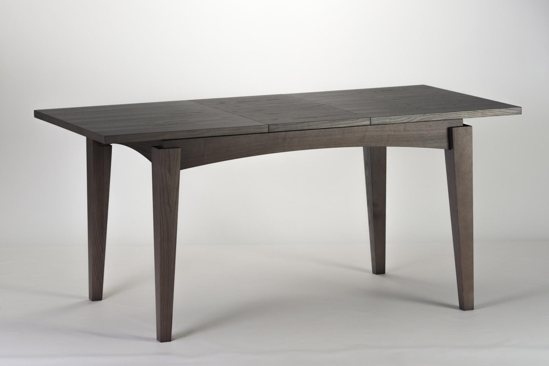 Деревянный кухонный стол Бруклин, с прямоугольной столешницей, квадратными ножками черного цвета, разложенный