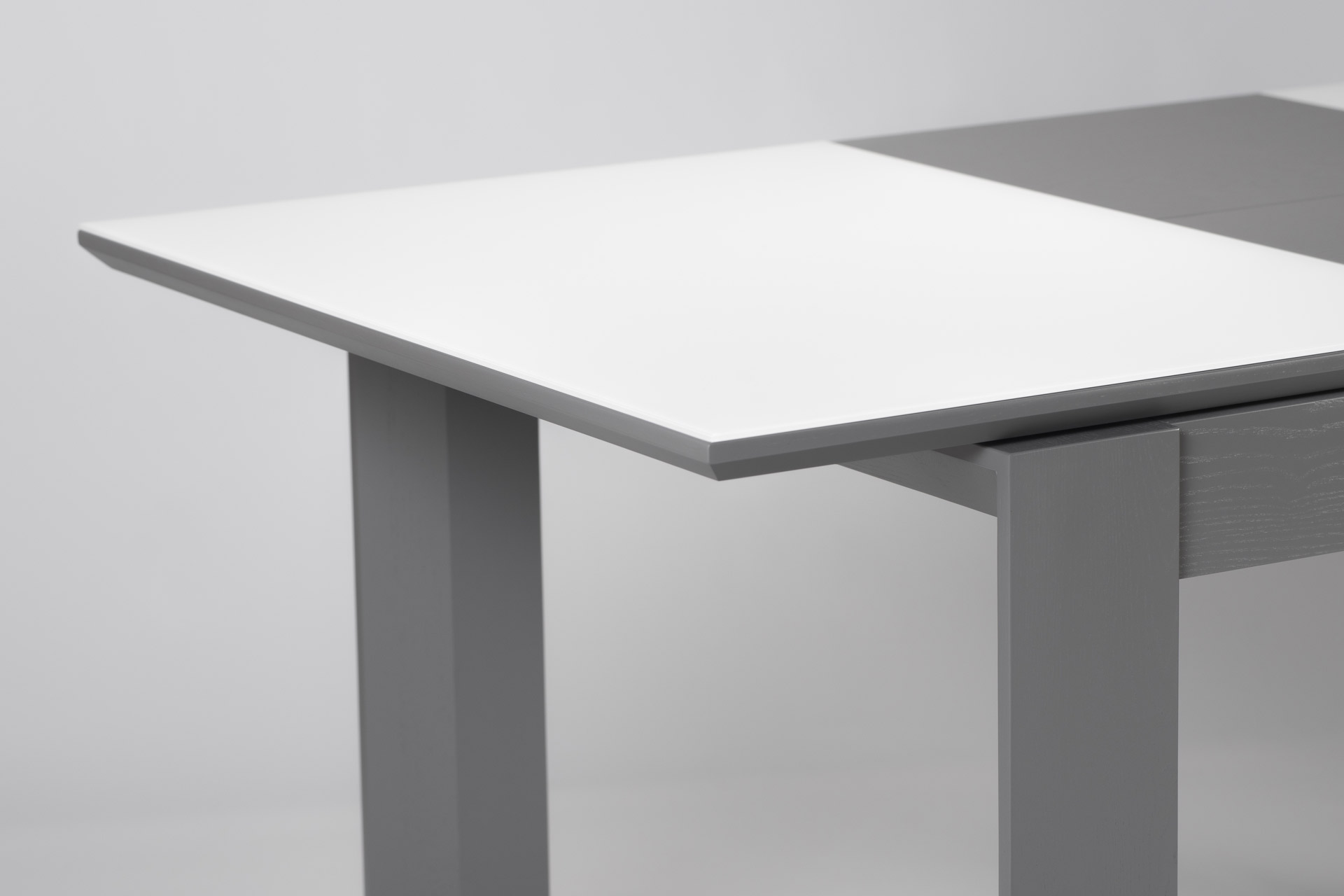 Кухонний стіл Мілан, з натурального дерева, з білою прумокутною стільницею зі склянним покриттям