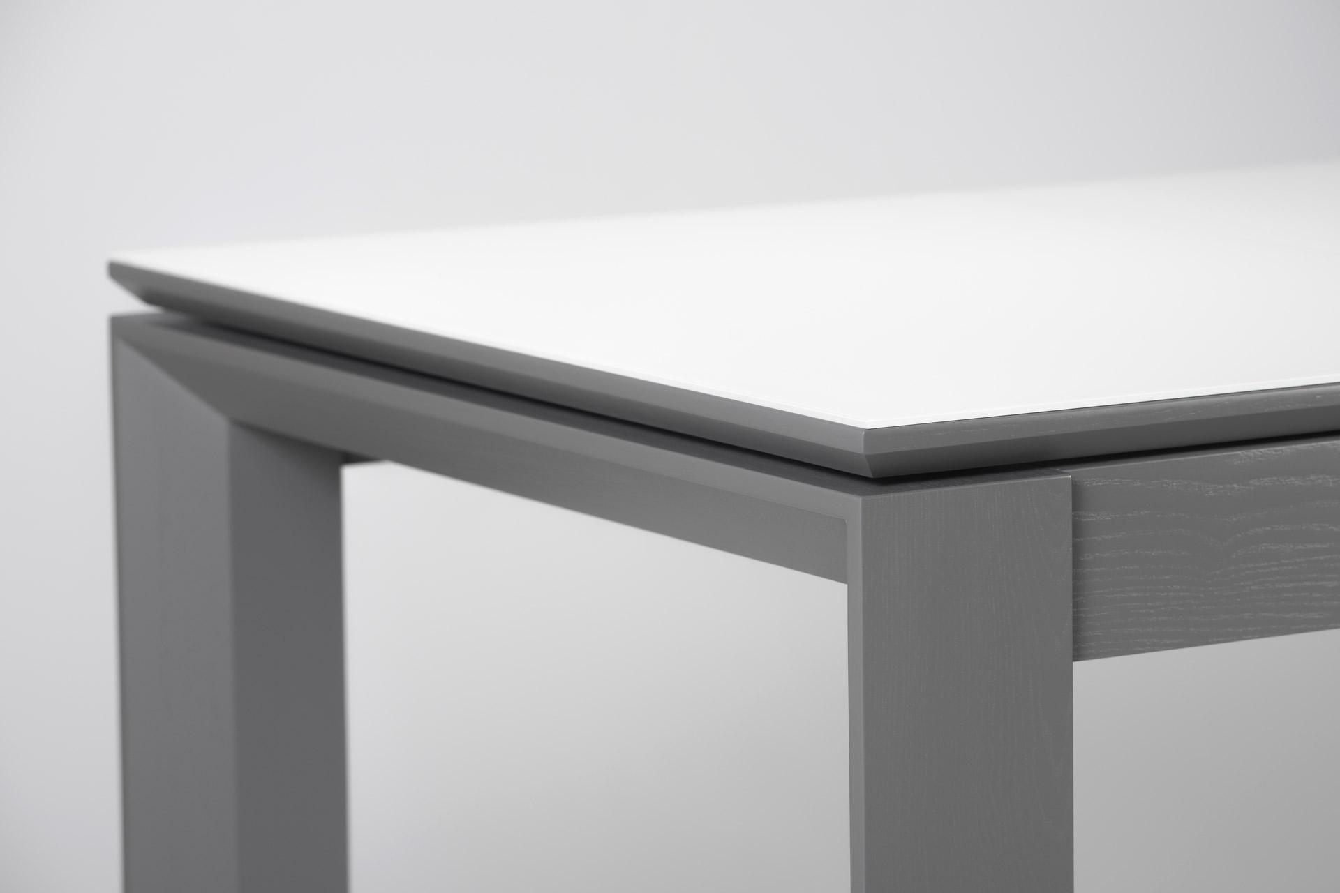 Кухонный стол Милан, с серыми ножками и белой прямоугольной столешницей со стеклянным покрытием (торец)