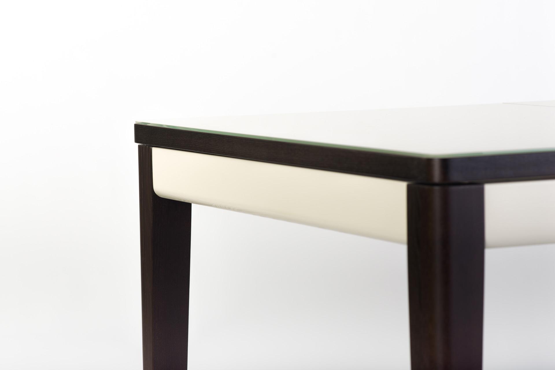 """Раскладной кухонный стол """"Фишер"""" - прямоугольный бежевая стеклянная столешница, черные ножки и царга. Вид - торец стола"""
