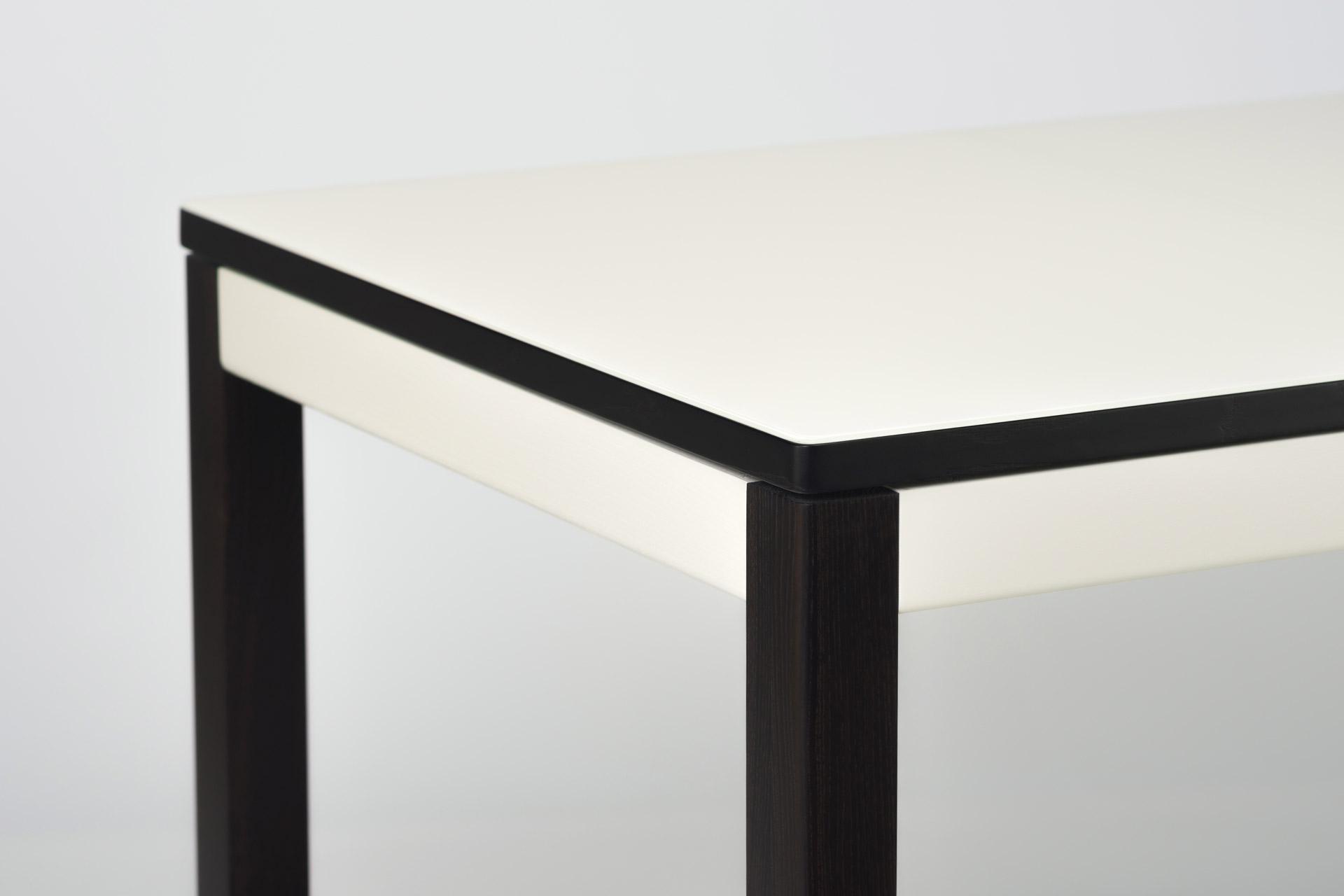 """Раскладной прямоугольный кухонный стол """"Фишер-обновленный"""" бежевая стеклянная столешница и черные ножки с твердого дерева. Вид - угол столешницы"""