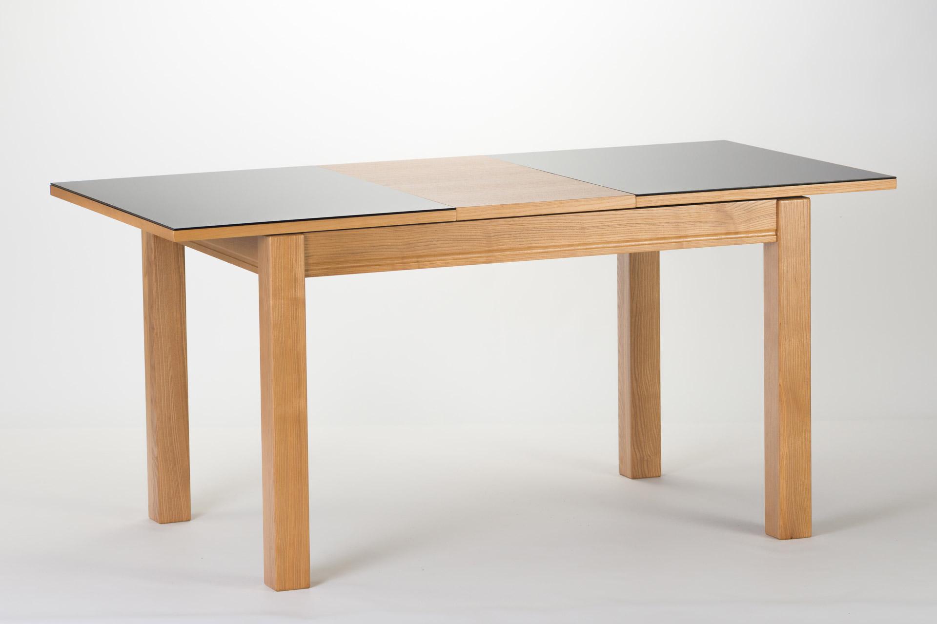 """Раскладной прямоугольный стол """"Неаполь"""" черная стеклянная столешница, цвет стекла 9005, столешница с механизмом раскладки. Ножки из твердого дерева тонированы, цвет SE-1403. Разложенный."""