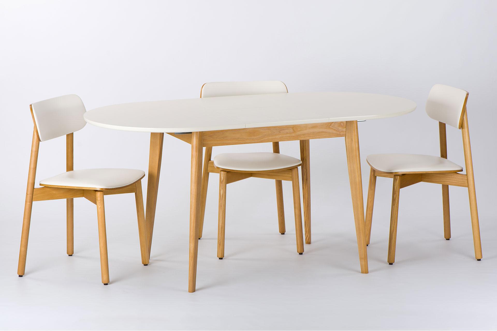 Кухонный комплект: овальный стол Турин с белой столешницей и деревянные стулья Икс с мягкой белой сидушкой и спинкой