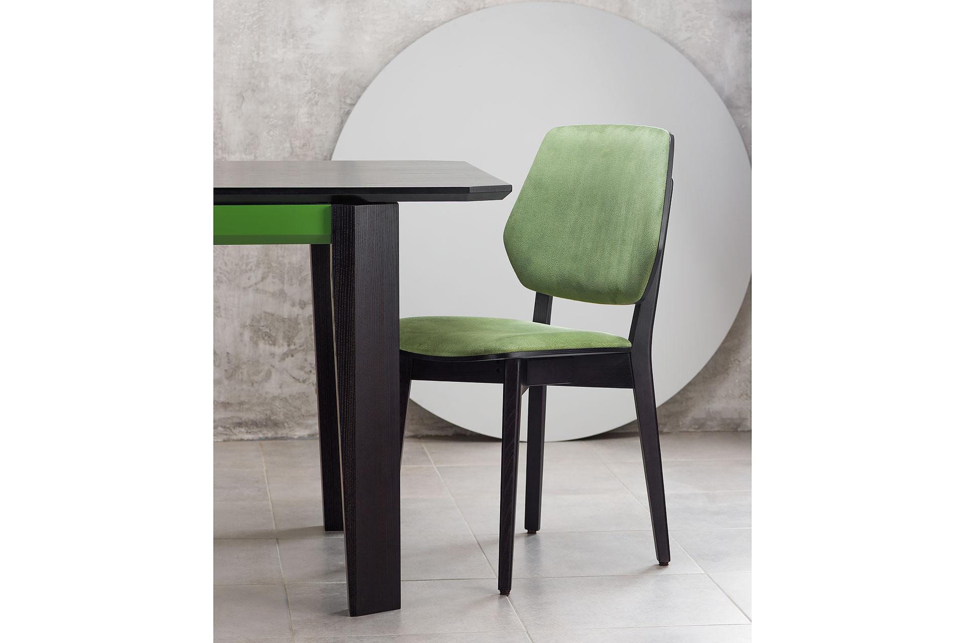 """Обеденная группа: раскладной кухонный стол """"Варгас"""" черно-зеленый (столешница шпонированная) с твердого дерева + 4 стула 03В, черный каркас с зеленой мягкой спинкой и сиденьем со штучной замши Exim Mustang Light Green (угол стола)"""