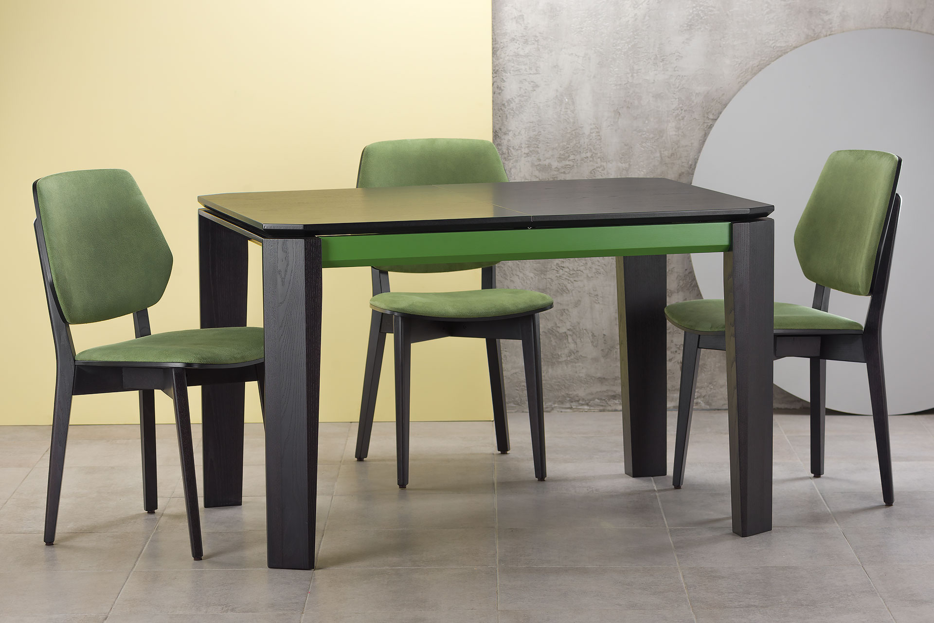 """Кухонный комплект: раскладной стол """"Варгас"""" черно-зеленый (столешница шпонированная) + 3 стула 03В, черный каркас с зеленой мягкой спинкой и сиденьем со штучной замши"""