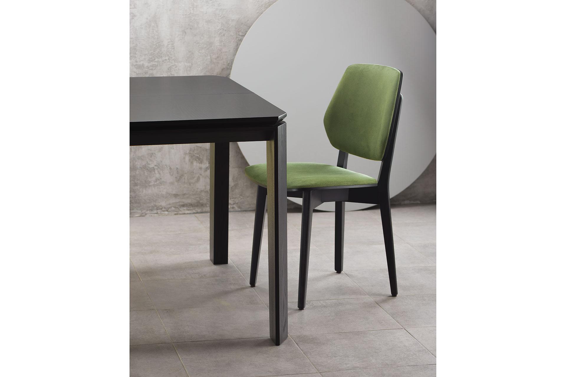 """Раскладной кухонный стол """"Варгас"""" черно-зеленый (столешница шпонированная) с твердого дерева и стул 03В, черный каркас с зеленой мягкой спинкой и сиденьем со штучной замши Exim Mustang Light Green"""