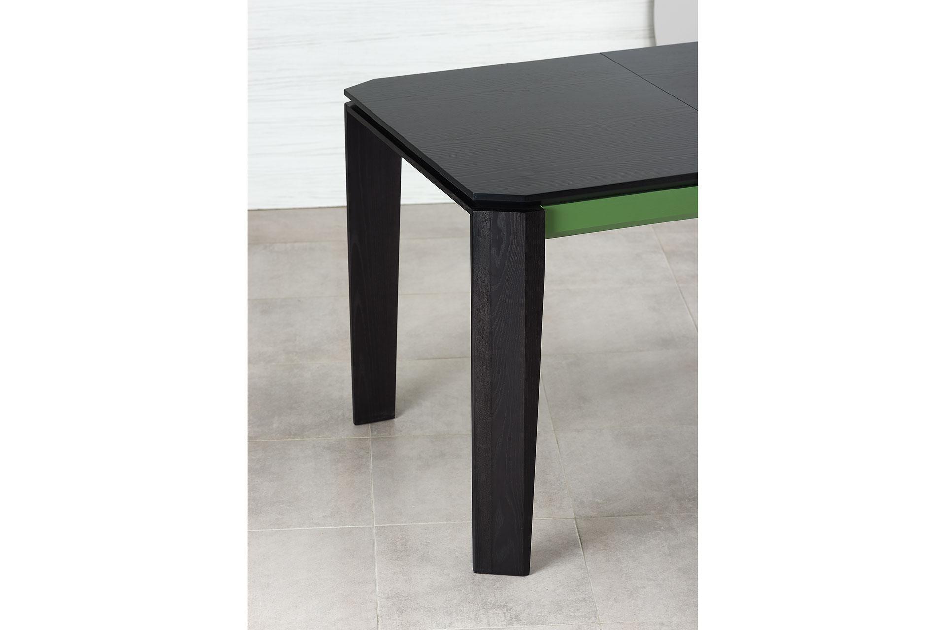 """Раскладной кухонный стол """"Варгас"""" черно-зеленый (столешница шпонированная) с твердого дерева (ножки стола)"""
