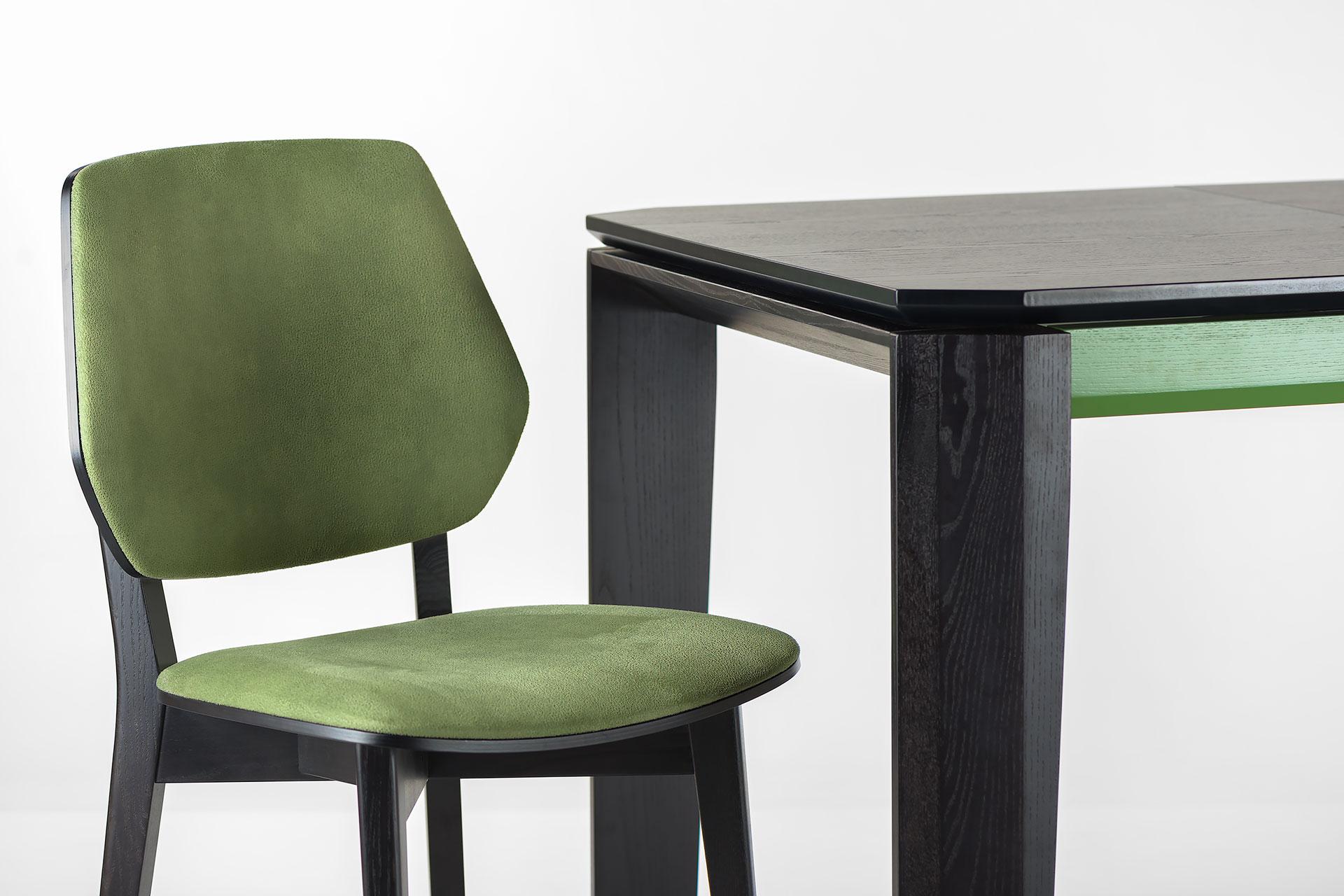 """Раскладной кухонный стол """"Варгас"""" черно-зеленый, шпонированная столешница, твердое дерево, цвет изделия SE7059 / Каркас RAL 6011+ стул 03В с мягкой спинкой и сиденьем"""