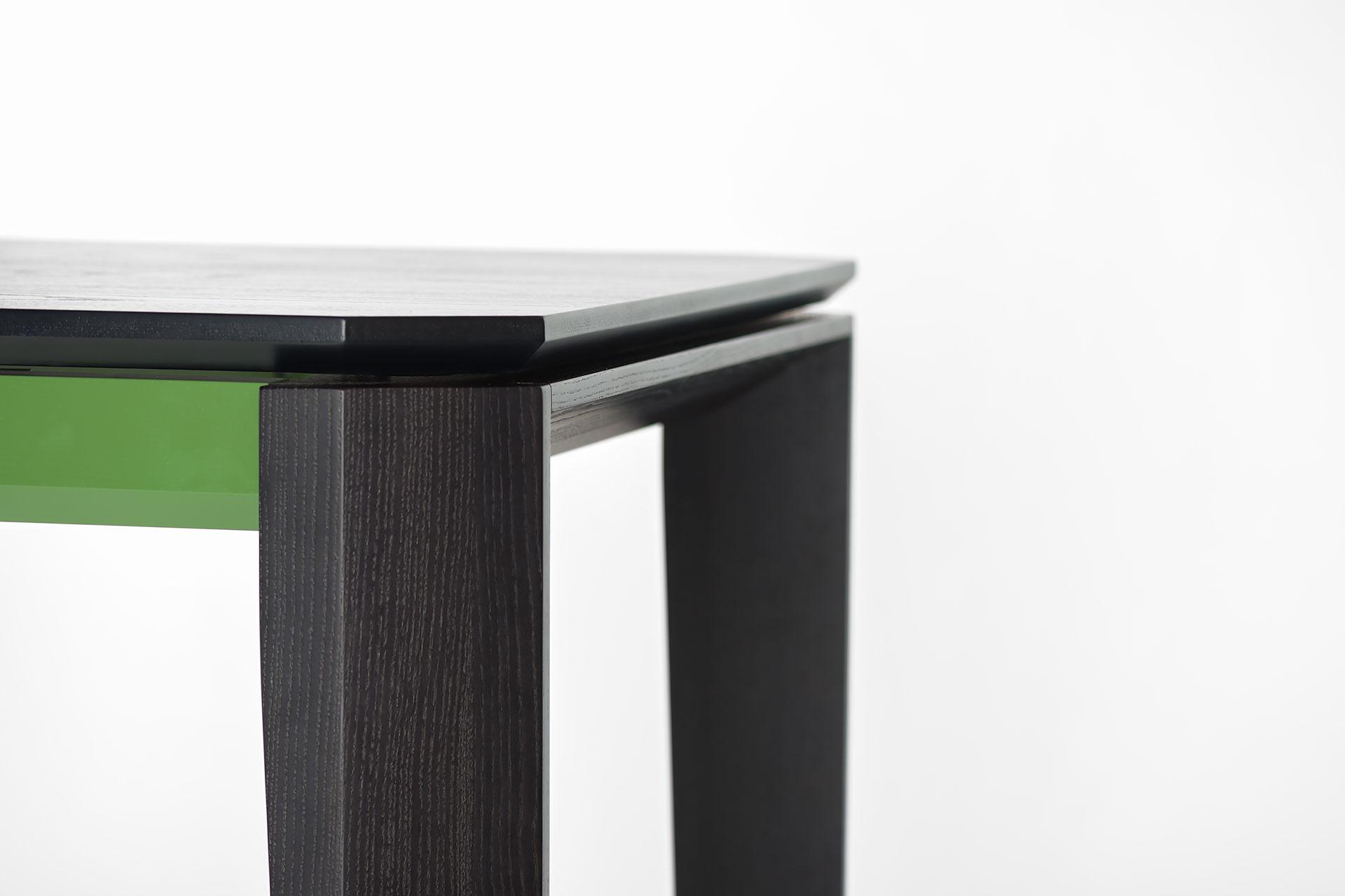 """Раскладной кухонный стол """"Варгас"""" черно-зеленый, шпонированная столешница, твердое дерево, цвет изделия SE7059 / Каркас RAL 6011 (ножка)"""
