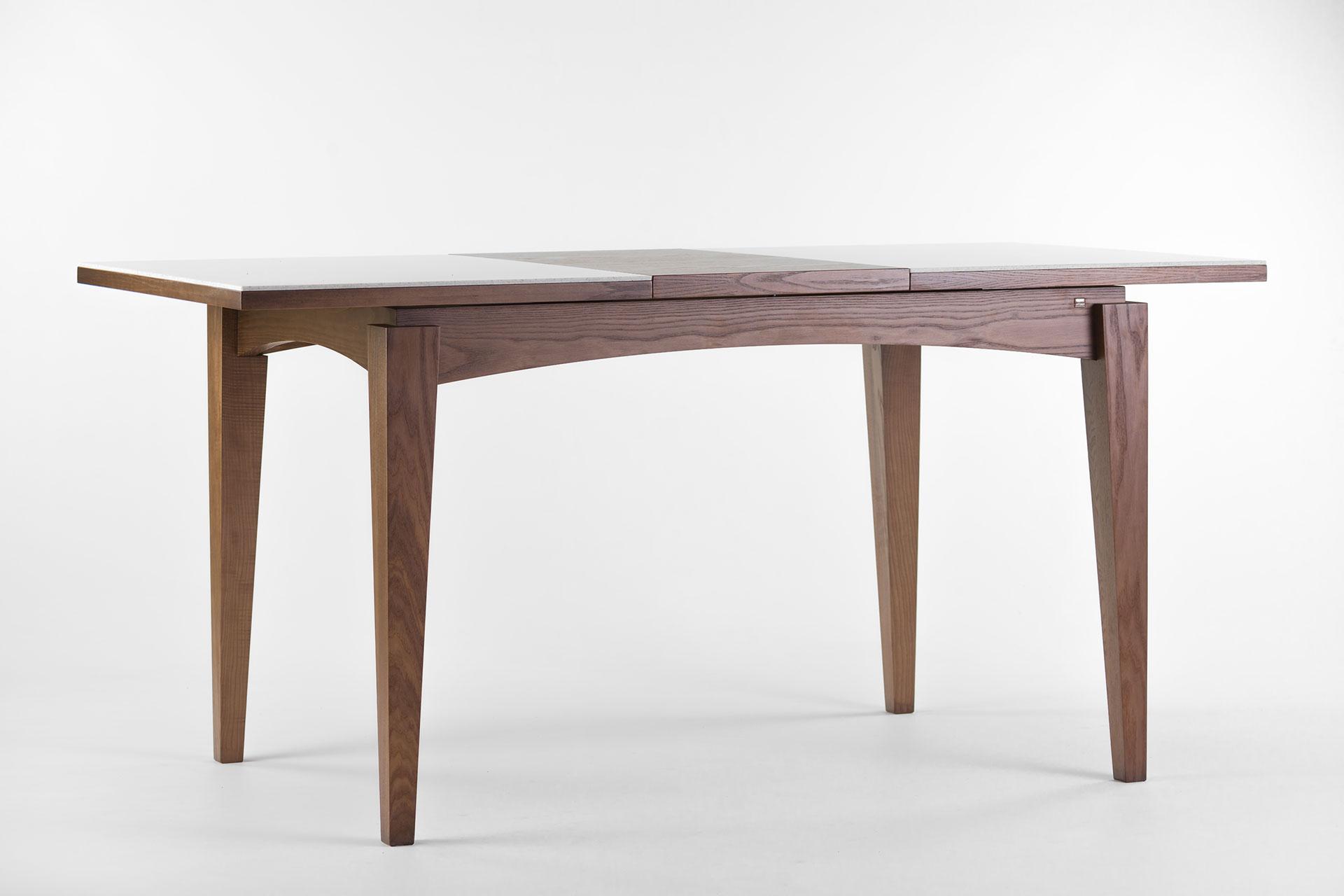 """Раскладной кухонный стол """"Бруклин"""" с прямоугольной столешницей из искусственного камня с механизмом раскладки, ножки и царга тонированы SE-7034. Твердое дерево. Разложенный"""