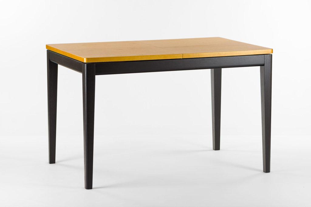 """Розкладний кухонний стіл """"Фішер"""" з чорним каркасом та тонованною стільницею. З твердого дерева."""